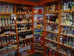 regały na alkohol